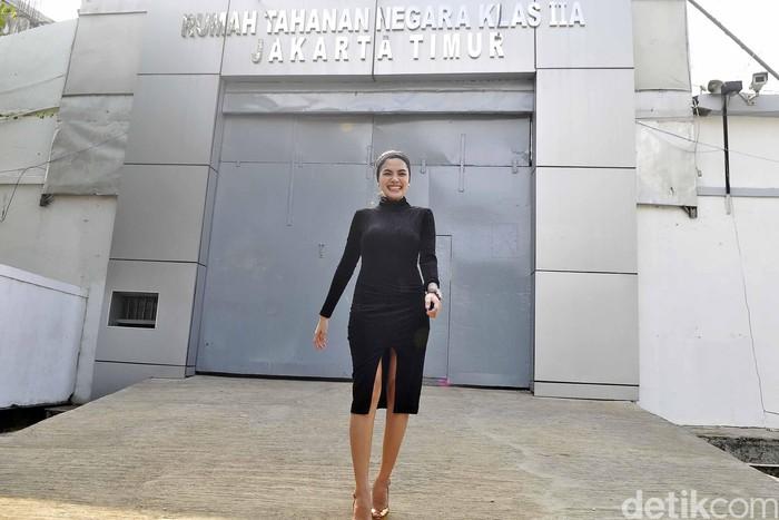 Nikita Mirzani saat keluar dari Rutan Pondok Bambu, Jakarta Timur.
