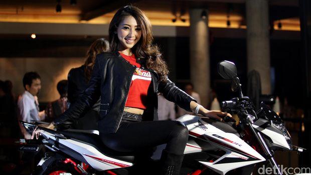 Model Honda Ladies beraksi di depan CB150R Streetfire pada peluncuran produk baru dari PT AHM tersebut di Jakarta, Jumat (11/12/2015). Motor yang dibandrol dengan harga Rp 26,4juta tersebut semakin meramaikan pilihan di kelas motor sport. (Ari Saputra/detikcom)