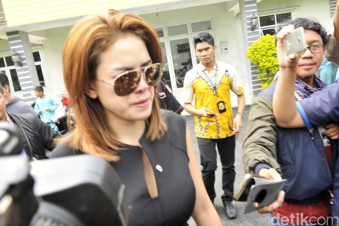 Nikita Mirzani saat meninggalkan Panti Sosial Karya Wanita Mulya Jaya di Pasar Rebo, Jumat (11/12/2015).