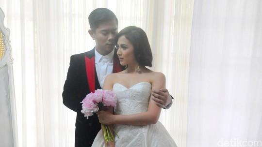 Berbaju Pengantin, Nina Zatulini Intim dengan Calon Suami