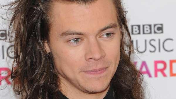 Harry Styles Eksis dengan Celana Cutbray, Tetap Ganteng?