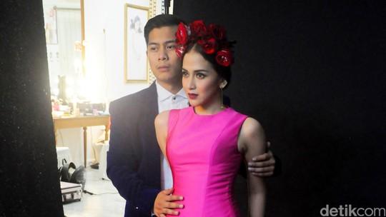 Kemesraan Nina Zatulini dan Calon Suami di Foto Prewedding