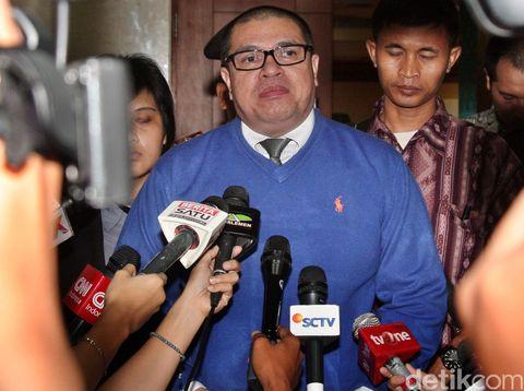 Pengacara Razman Arief Nasution menyimbangi Mahkamah Kehormatan Dewan DPR di Komplek Parlemen Senayan, Jakarta, Jumat (11/12/2015). Kedatangan Razman ke MKD untuk menyerahkan surat penunjukan sebagai pengacara Setya Novanto kepada  Ketua MKD Surahman Hidyat