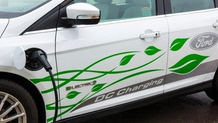 Mobil listrik Ford yang sedang diisi