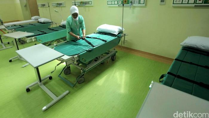 Perawat merapihkan tempat tidur pasien di RSUD Pasar Minggu di Jl TB Simatupang, Jakarta Selatan, Sabtu (12/12/2015). RSUD Pasar Minggu mulai dibangun sejak 2013 lalu. RS ini berdiri dengan luas 2,5 hektar dan memiliki 12 lantai dan satu basement, RSUD itu termasuk dalam rumah sakit tipe B yang memiliki keunggulan dalam layanan geriatri, pediatri, dan radioterapi. Grandyos Zafna/detikcom