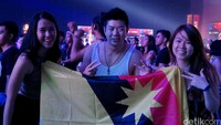 Partygoers berpose sambil memegang Bendera Negeri Sarawak.