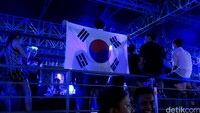 Partygoers dengan Bendera Korea Selatan.