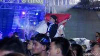 Partygoers dari Indonesia juga dengan bangga membentangkan bendera.