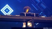 DJ misterius bernama Kronutz yang mengenakan topeng menghibur dengan ringan para partygoers di panggung The Darker Side.