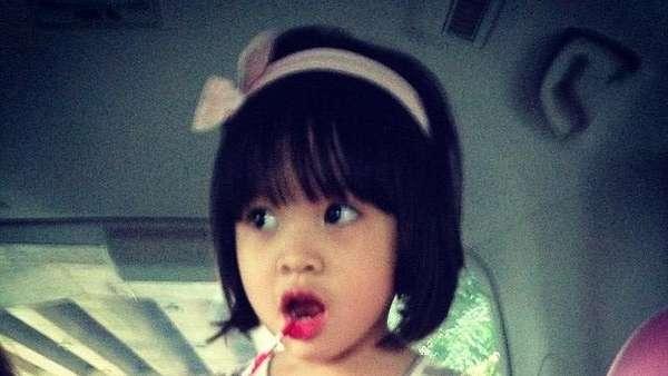 So Cute! Putri Zaskia Mecca Centil Maksimal Pakai Lipstik
