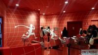 Ketika sampai di lantai tiga, detikHOT dan rombongan langsung melihat segerombolan siswi Jepang tengah mengantre untuk masuk di depan tempat hiburan yang dindingnya didominasi warna merah.