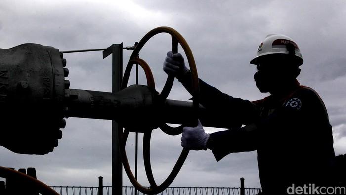 Petugas memeriksa fasilitas produksi energi panas bumi yang dioperasikan oleh PT Pertamina Geothermal Energy Area Ulubelu, Lampung, Senin, (14/12/2015). Fasilitas produksi energi panas bumi Ulubelu, Lampung, yang telah beroperasi secara komersial sejak tahun 2012 mampu menyuplai kebutuhan listrik sebesar 110 MegaWatt.