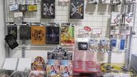 Setelah kenyang, kamu dapat membeli pernak-pernik anime kesukaan kamu di toko suvenir.