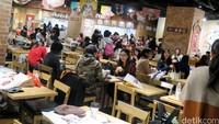 Jika kamu lapar di tengah-tengah bermain, kamu bisa mengisi perut di kafe Mademoiselle One Piece, J-Patisserie dan J-WORLD Kitchen.