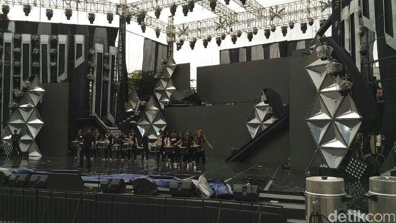Para pengisi acara berlatih di atas panggung secara bergantian.