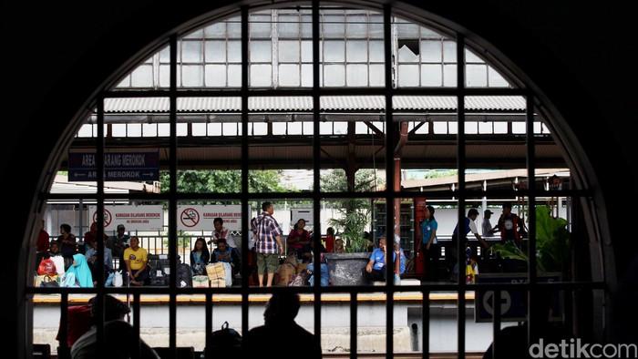 Calon penumpang memadati Stasiun Pasar Senen, Jakarta, Selasa (15/12/2015). Menjelang libur Natal dan Tahun baru moda transportasi kereta api mulai dipadati para pemudik yang akan mudik atau berlibur di daerah seluruh Jawa. Grandyos Zafna/detikcom