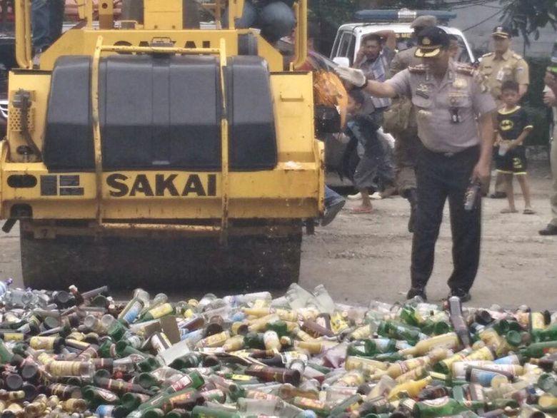 Polres Jaktim Musnahkan Ribuan Botol Minuman Keras dan Narkoba