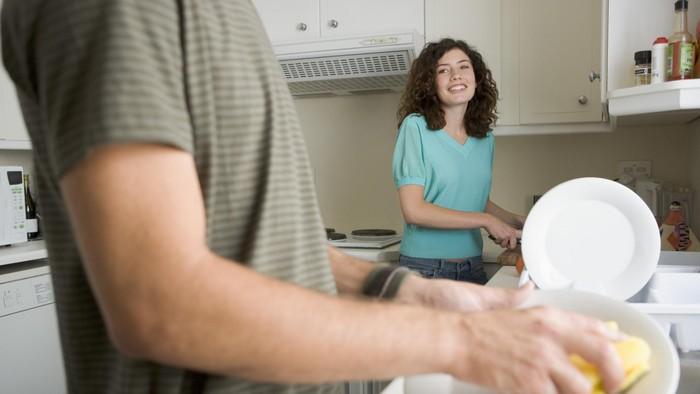 Cuci piring bisa mengurangi rasa stres lho! Foto: thinkstock