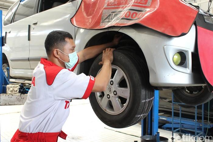 Mobil dirawat di bengkel Toyota