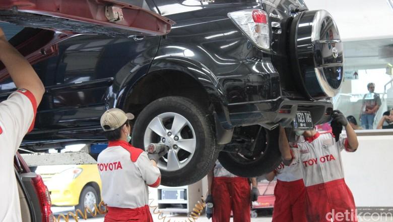 Perawatan mobil di bengkel Auto2000 Cilandak Foto: Dadan Kuswaraharja