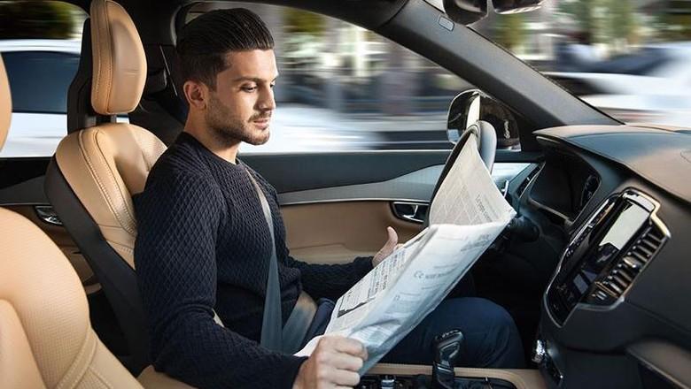 Dengan mobil otonom, pengendara bisa bebas melakukan apa saja di mobil tanpa tangan perlu terpaku di setir. Foto: Volvo