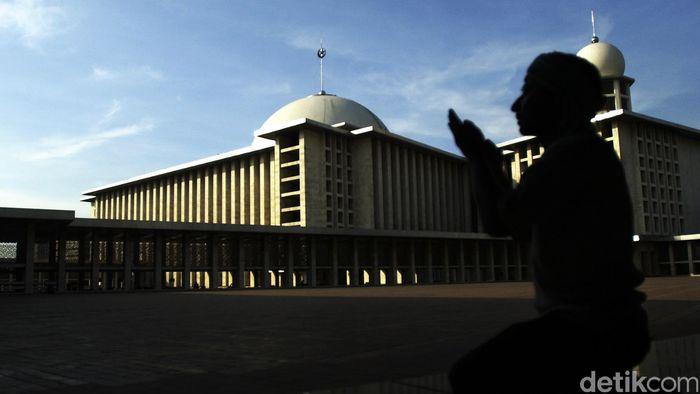 Berdoa di masjid istiqlal Jakarta. dikhy sasra/ilustrasi/detikfoto
