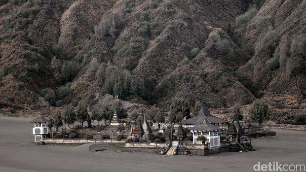 Pura Agung Poten Luhur yang berada di lautan pasir Gunung Bromo