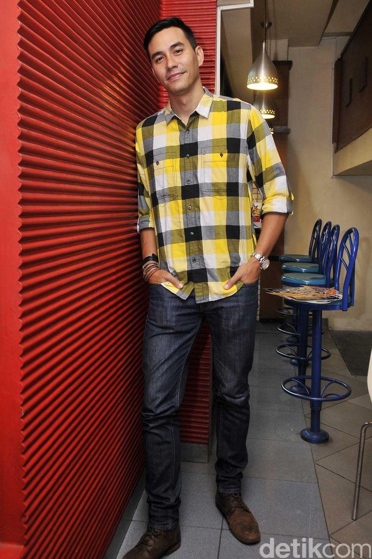 Darius tampil dengan kemeja kotak-kotak berwarna, putih, hitam, abu-abu, dan kuning, jeans dan sepatu coklat. Pool/Noel/detikFoto.