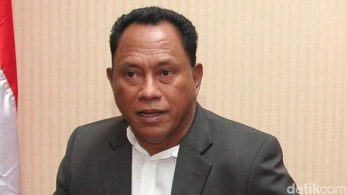 Anggota DPR dari Fraksi PDIP daerah pemilihan Papua, Komaruddin Watubun memberikan keterangan pers sehubunga kasus