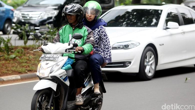 Ojek online tengah mengantar penumpang (Foto: Rengga Sancaya)