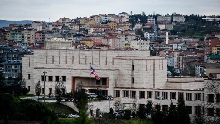 The US consulate in Istanbul on December 9, 2015 (AFP Photo/Ozan Kose)