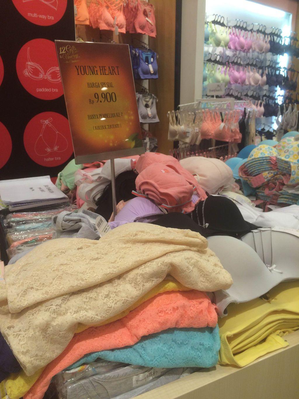 Young Hearts yang merupakan merek untuk wanita muda juga sedang memberikan  penawaran harga khusus. Tiga celana dalam bisa Anda dapatkan dengan harga  Rp 130 ... c1fc2efec4