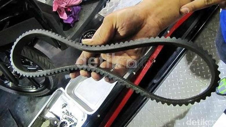 Drive belt yang menyalurkan tenaga dari mesin ke roda