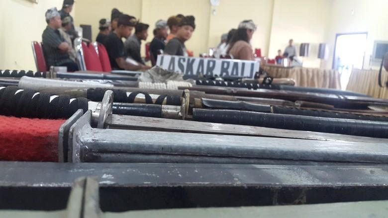 Puluhan Anggota Laskar Bali dan Baladika Serahkan Sajam ke Polisi