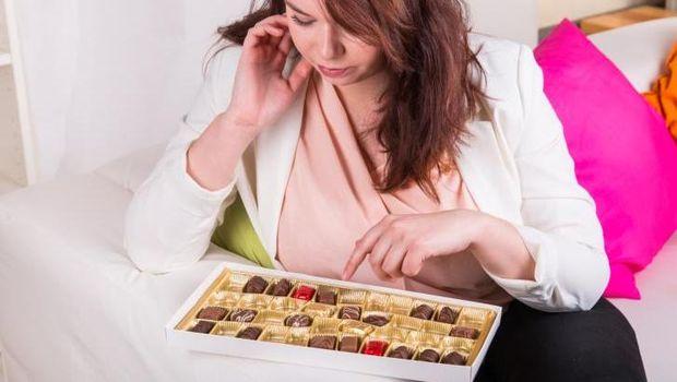 Seorang perempuan sedang memilih cokelat.