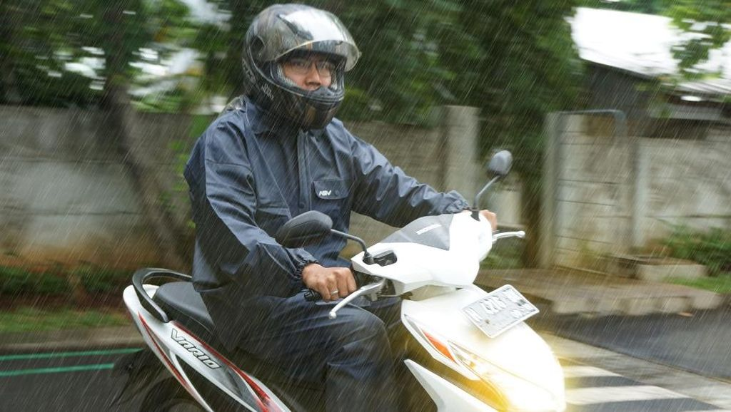 Hati-hati, Ini Cara Berkendara Naik Motor saat Hujan
