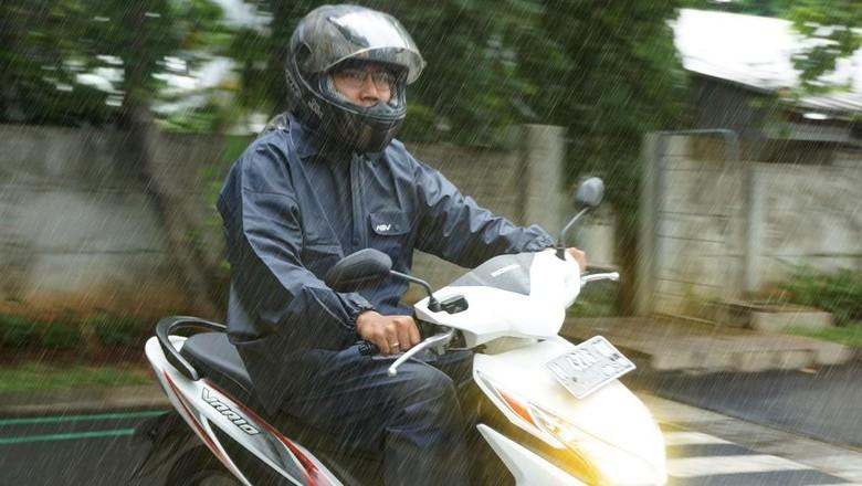 Ilustrasi naik motor saat hujan (Foto: Astra Motor)