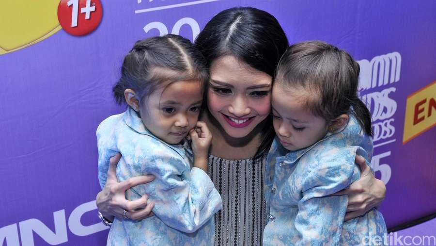 Kebersamaan Ririn Dwi Ariyanti dan Dua Putrinya