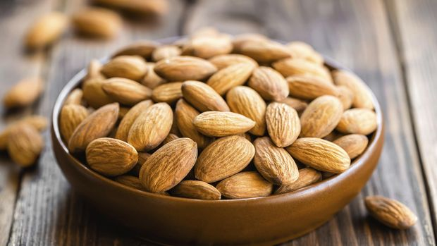 Semangkuk kacang almond.