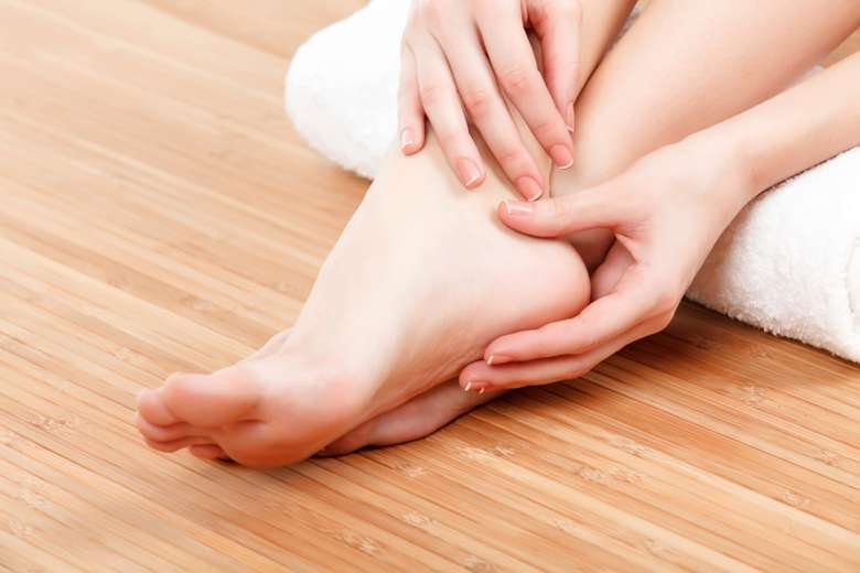 Telapak kaki disebut sebagai pusat dari berbagai saraf, tak terkecuali saraf yang merangsang gairah seks. Tekan bagian di bawah jari tengah kaki untuk menstimulasi suami Anda. Foto: Thinkstock