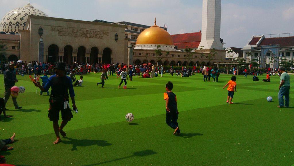 Masjid Raya Bandung Sediakan 1.000 Takjil Gratis Setiap Hari