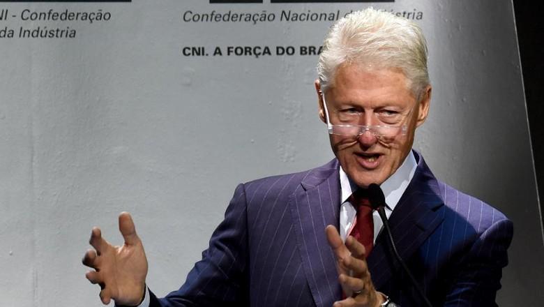 Bill Clinton Mulai Tur Buku dengan Banyak Kritikan