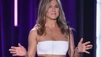 Jennifer Aniston Senang Cuci Piring hingga Tangan Gegara Corona