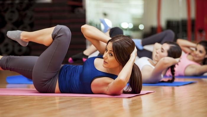 Salah satu gerakan untuk mengaktifkan otot perut adalah crunch (Foto: thinkstock)