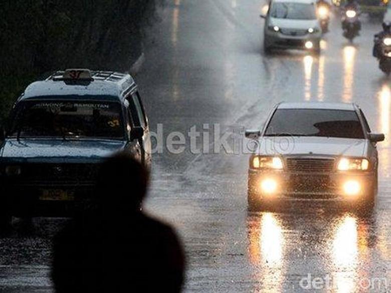 Berkendara di musim hujan. Foto: detikFoto