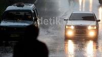 7 Hal yang Harus Dihindari saat Mengemudi Mobil di Musim Hujan