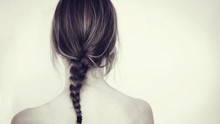 Seorang wanita punya metode merawat rambut tanpa keramas (Foto: thinkstock)