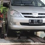 Biar Tidak Kusam, Mobil Kena Hujan Langsung Dibilas