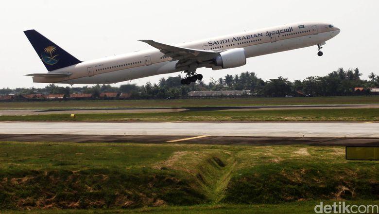 Pesawat Saudi Arabian Airlines lepas landas dari Bandara Soekarno Hatta Cengkareng Banten.