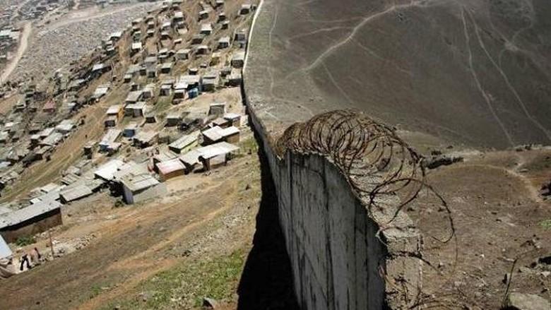 Tembok pemisah kaya dan miskin di Peru